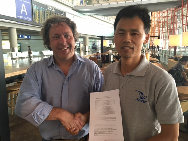 Chris Hewson (BTO) and Shi Yang (BWRRC) sign agreement to cooperate with the Beijing Cuckoo Project, share the data and work on joint scientific papers.
